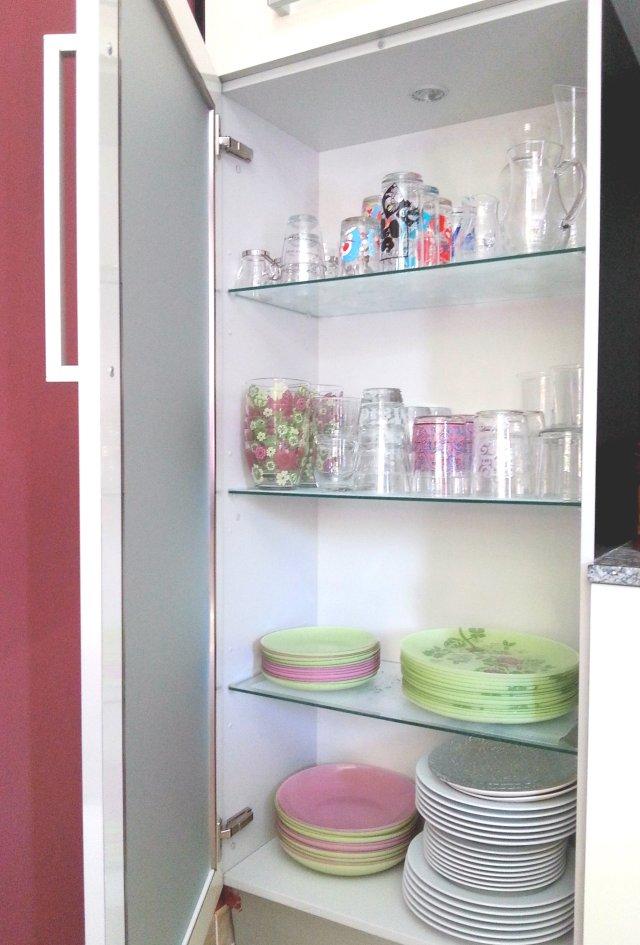 alacena refamiliar de platos y vasos descabalados